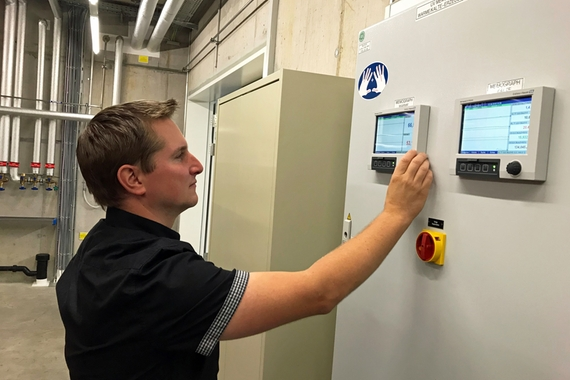 Endress+Hauser employee checking consumption and energy performance on a Memograph M data manager